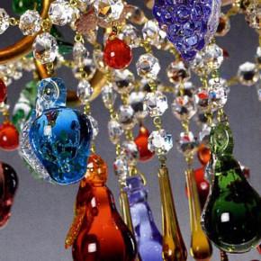 Murano Luster mit Glasbechern und farbigen Früchten